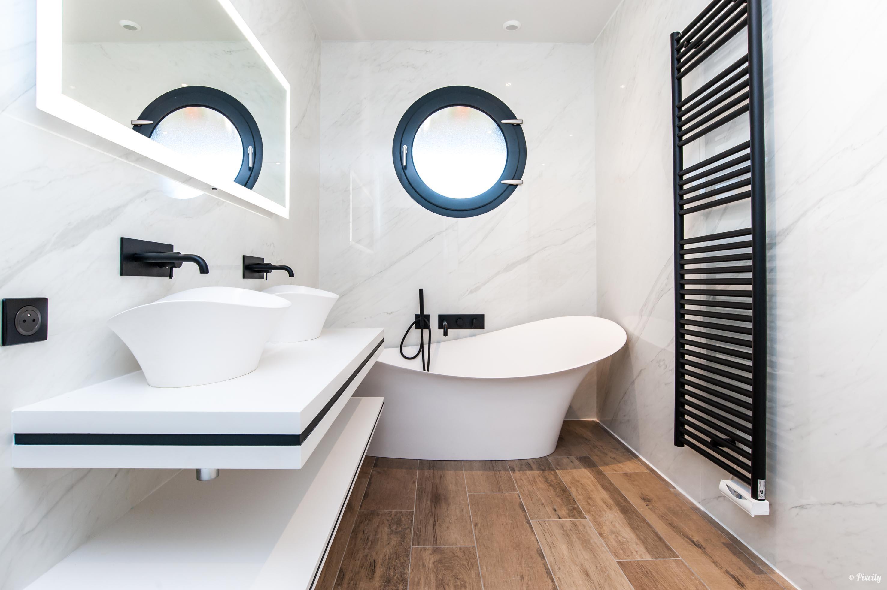 salle de bains moderne blanche