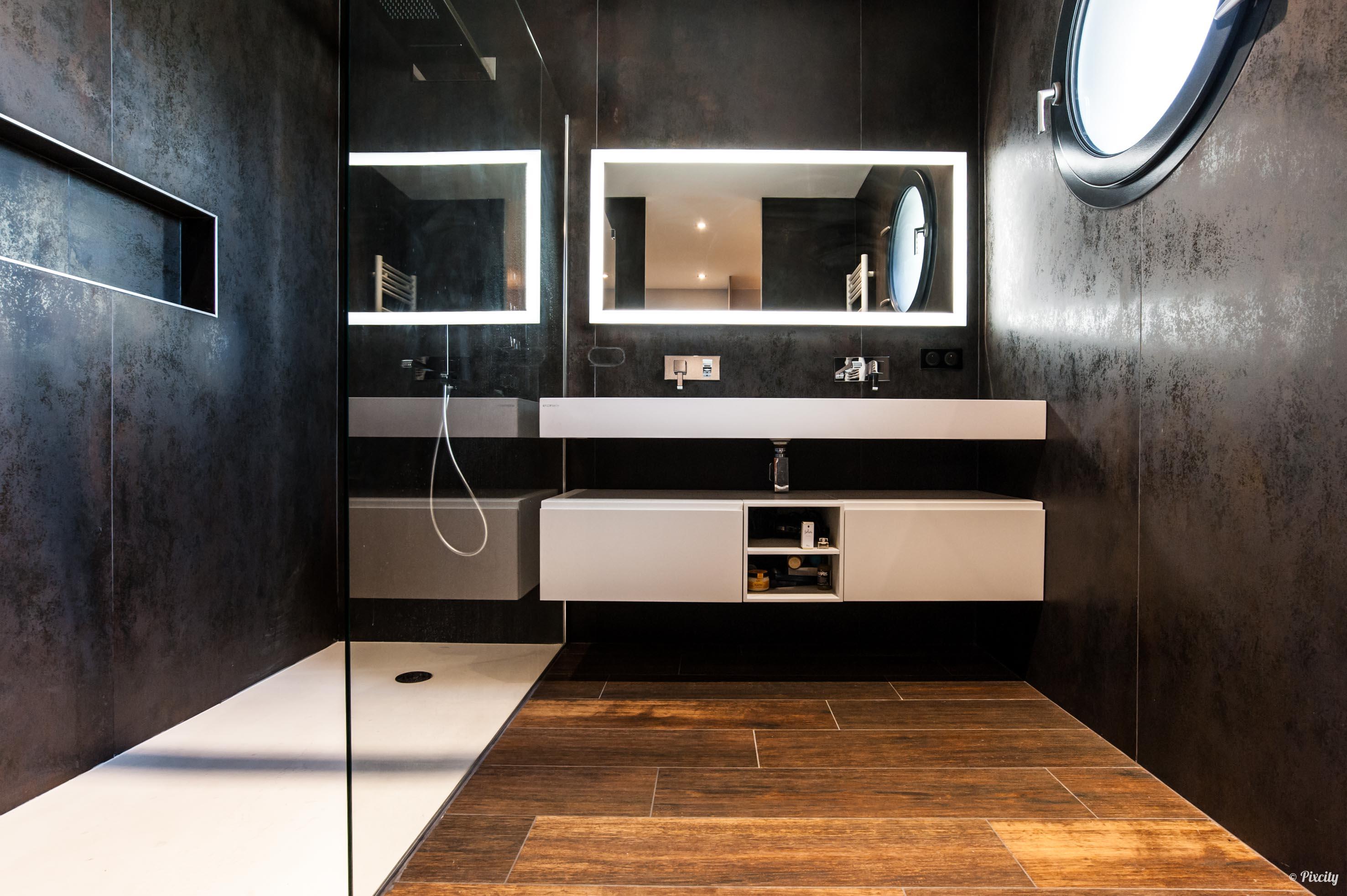salle de bains noire