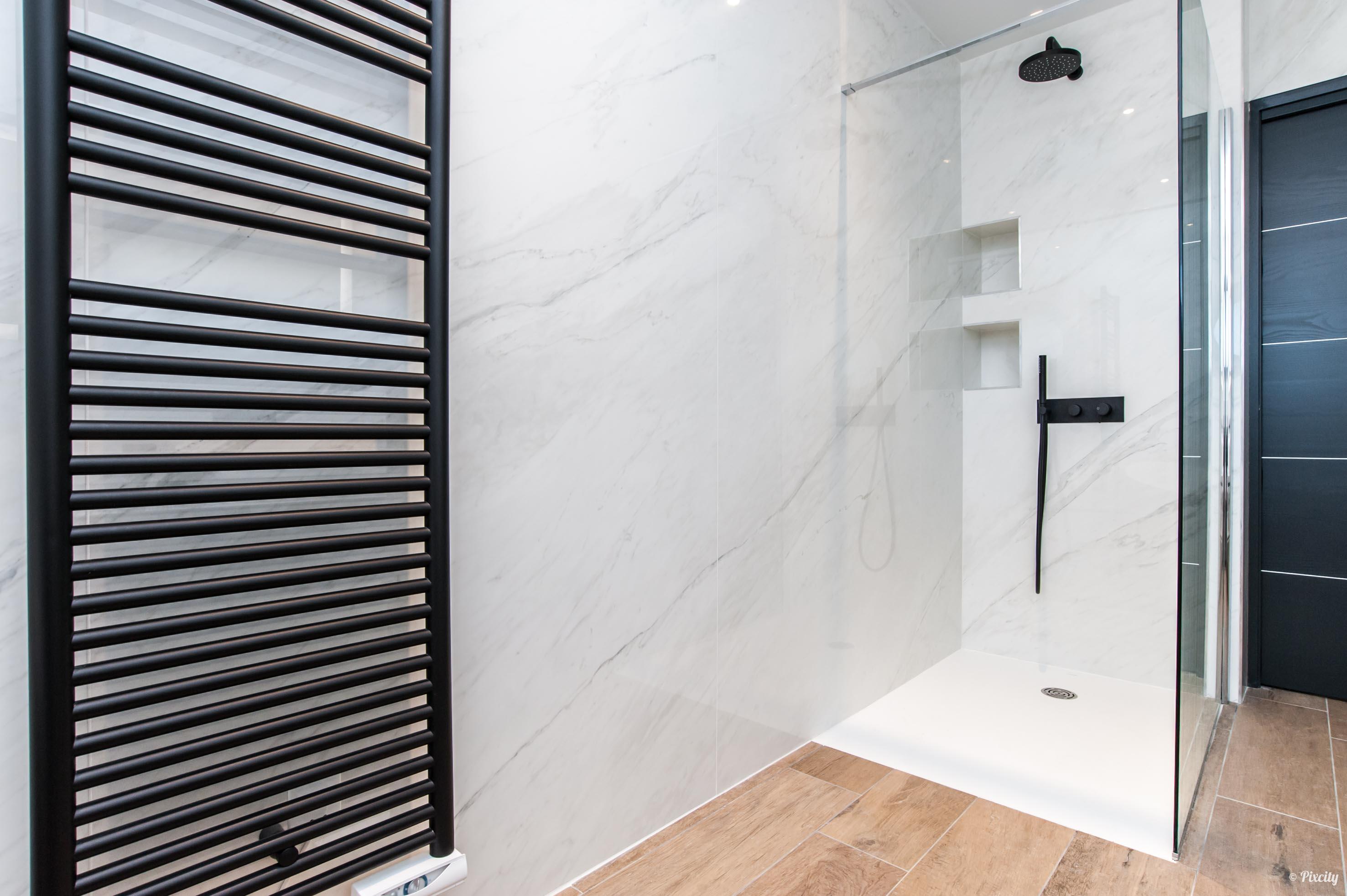 douche marbre blanc