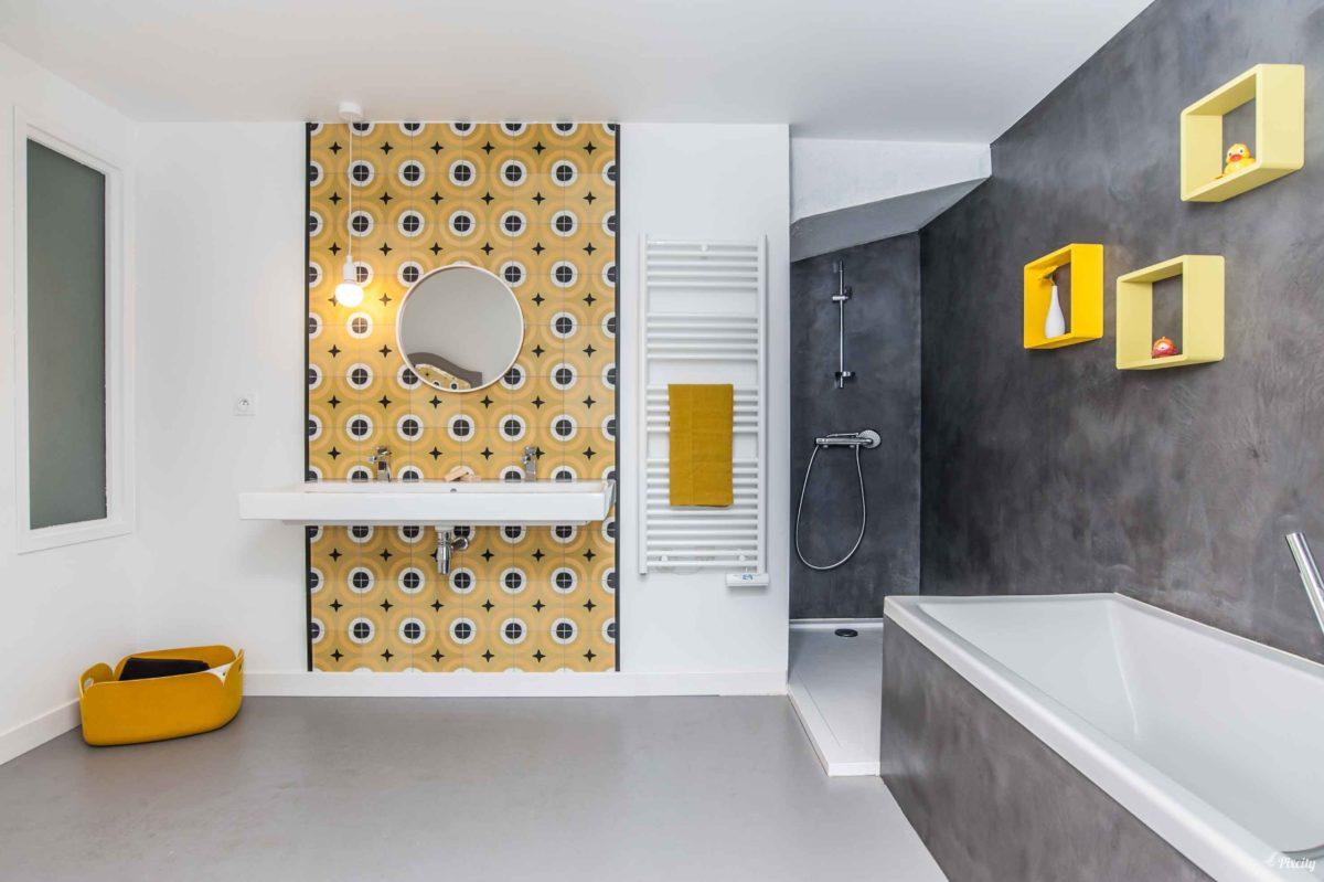 salle de bains jaune et noir