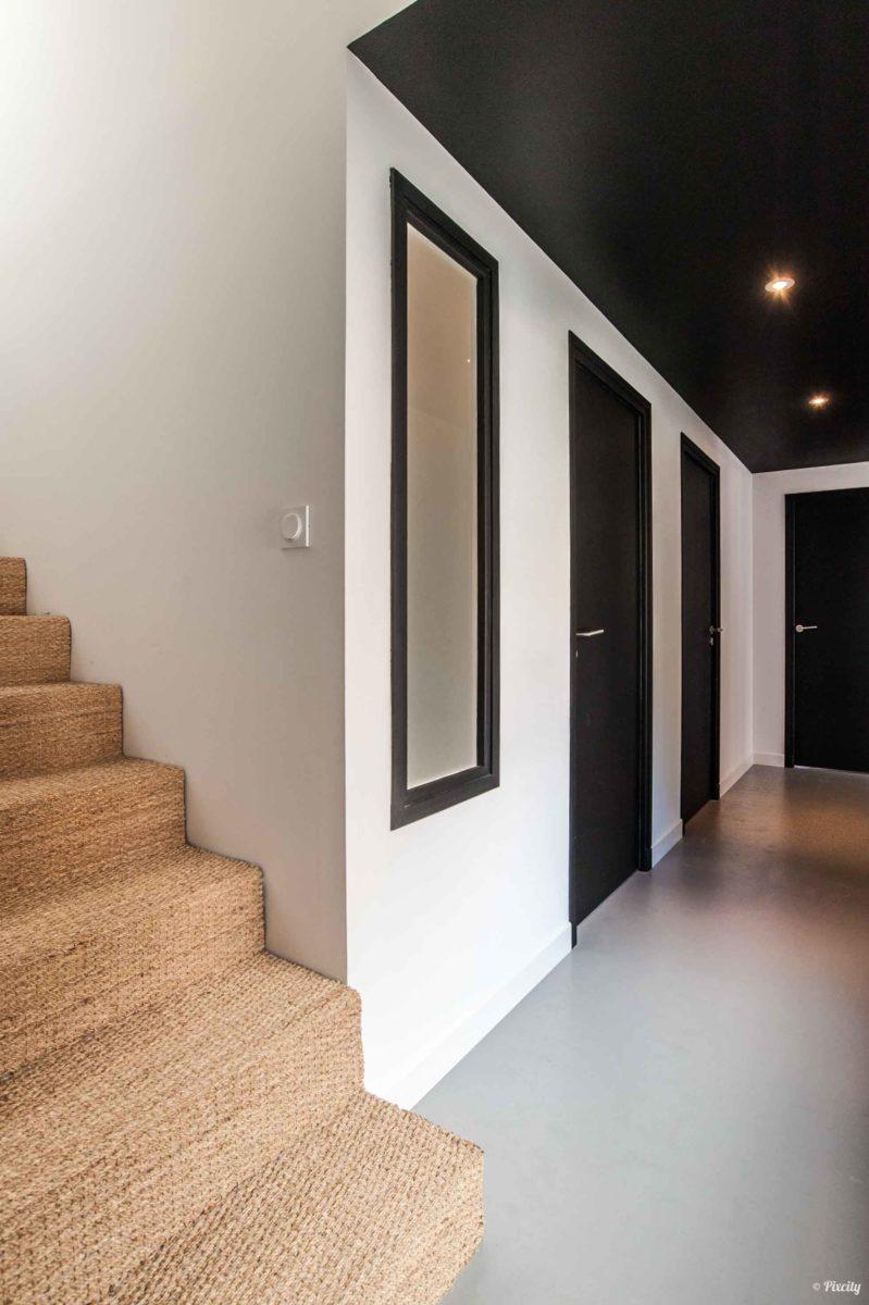 couloir plafond noir